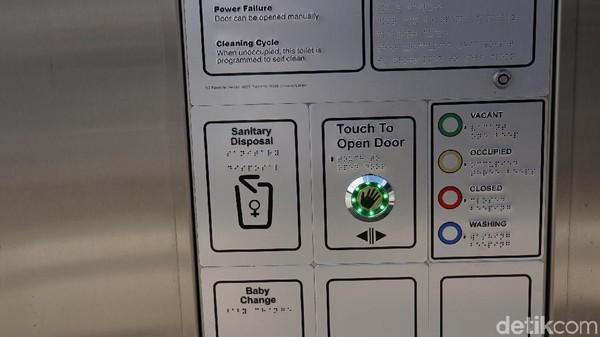 Ada beberapa tanda warna yang menyatakan apakah toilet sedang digunakan atau tidak, yakni hijau saat kosong, kuning saat terisi, merah saat tertutup, dan biru saat akan selesai digunakan (Ahmad Masaul Khoiri/detikcom)