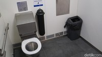 Di dalam toilet pintar ini ada sebuah toilet duduk, pegangan untuk disabilitas, keran air, tempat sampah biasa, tempat sampah pembalut, tempat sampah barang-barang runcing (Ahmad Masaul Khoiri/detikcom)