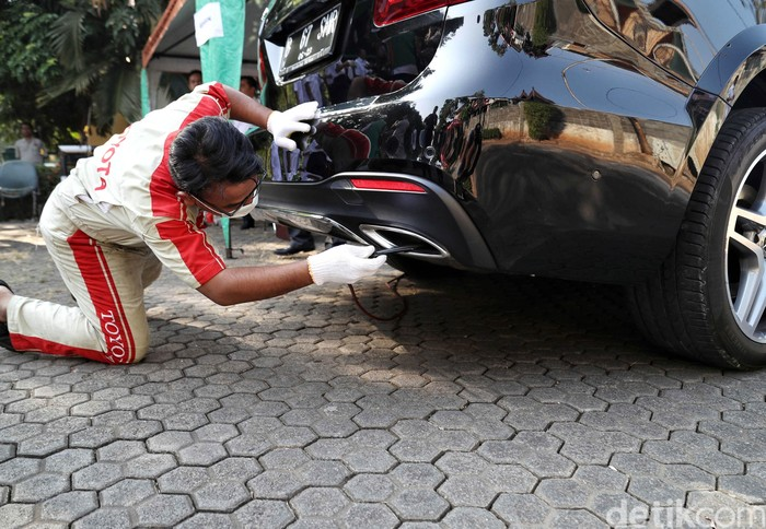 Petugas Sudin Lingkungan Hidup Jakarta Utara melakukan uji emisi kendaraan bermotor. Hal itu dilakukan salah satunya untuk menekan polusi udara di ibu kota.