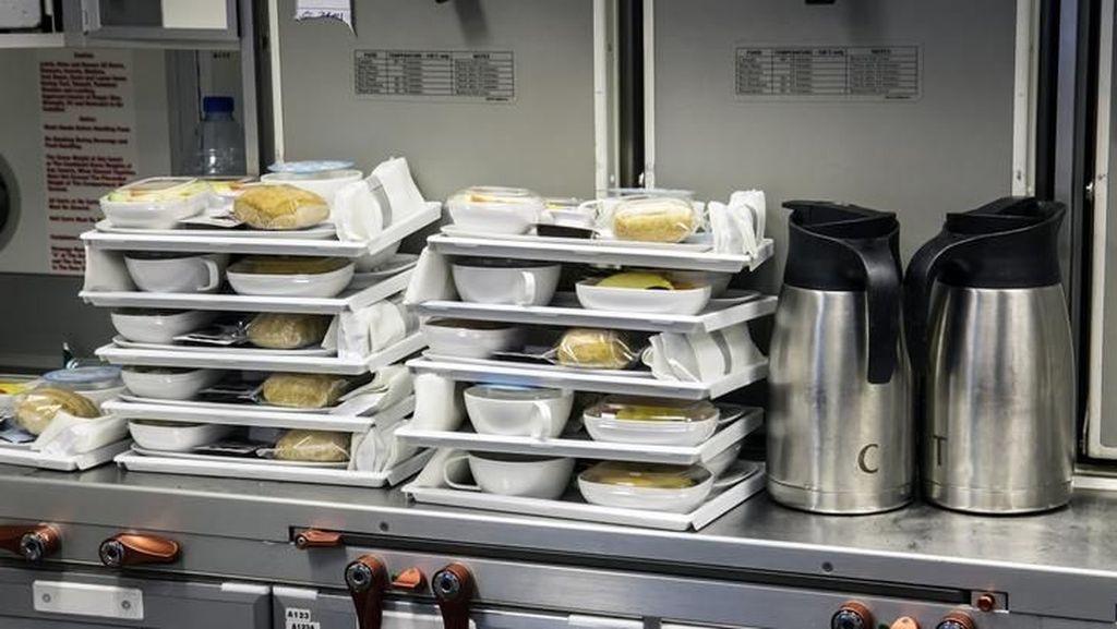 Seperti Ini Kesibukan Pramugari dan Chef Sajikan Makanan di Pesawat