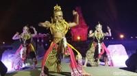 Inilah pertunjukan Purnama Seruling Penataran yang dipentaskan di Candi Palah, Blitar. Pertunjukan seni kolosal ini membius siapa saja traveler yang menontonnya. (Erliana/detikcom)