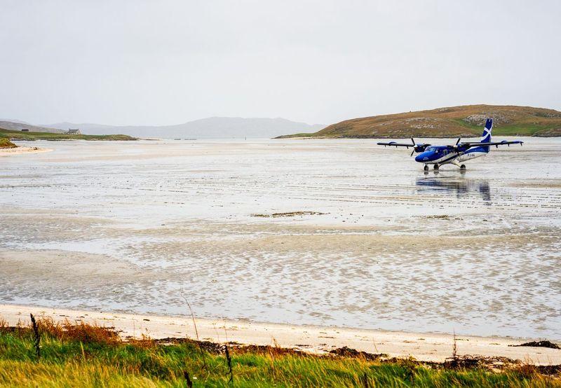 Bandara Barra di Skotlandia selalu masuk dalam daftar bandara paling unik di dunia. Sebabnya, landasan pacu bandara ini berupa pantai (iStock)
