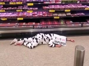 Demi Lindungi Hewan, Wanita Ini Pakai Kostum Sapi Tiduran di Supermarket