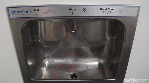 Kerannya sendiri tak hanya mengucurkan air. Ada pula sabun dan pengering tangan yang semuanya mengandalkan sensor gerak (Ahmad Masaul Khoiri/detikcom)