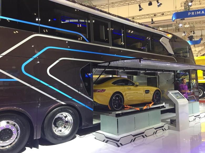 Perut bus bisa dimuati mobil sport. Foto: Dadan Kuswaraharja
