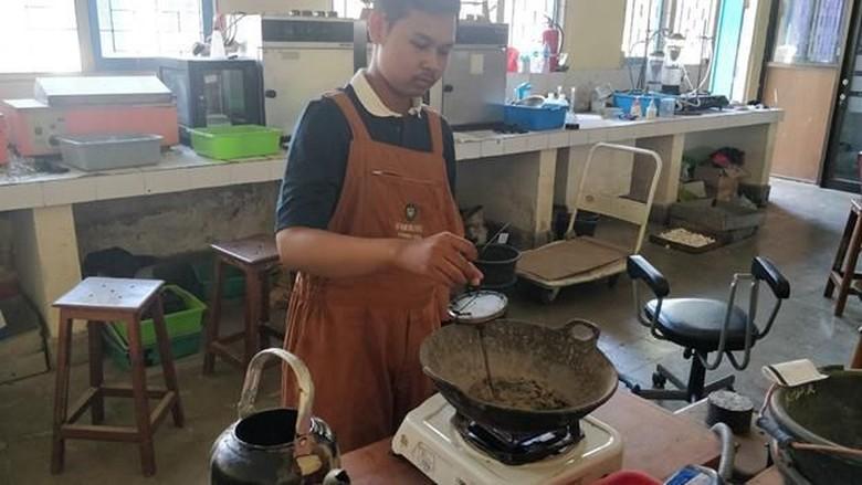 Limbah Plastik Bisa untuk Campuran Aspal, Sedang Diteliti Mahasiswa ITS