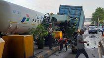 Truk Kontainer yang Tabrak Pembatas di GT Cililitan Alami Rem Blong