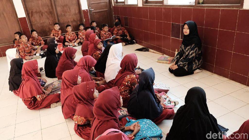 Sekolah Terbakar, Puluhan Murid SD di Karawang Belajar Berlesehan