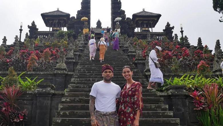 Dani Alves dan istri di Pura Besakih Bali (Dani Alves/Instagram)