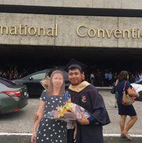 Paulo membawa papan bergambar ibunya di hari wisudanya