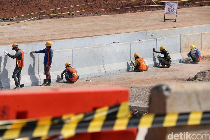 Sejumlah petugas sibuk mengerjakan proyek pembangunan ruas Tol Cinere-Serpong, Kamis (18/7/2019). Jalan tol ini merupakan bagian dari proyek Jalan Tol Jakarta Outer Ring Road 2 (JORR 2).