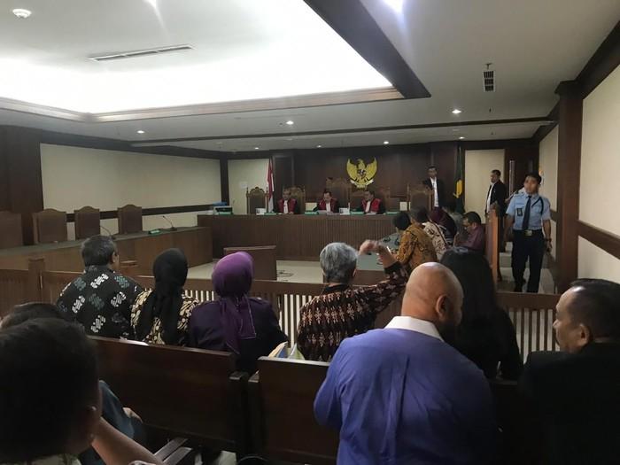 Situasi di persidangan ketika pengacara sabet hakim pakai ikat pinggang. (Foto: dok. Istimewa)