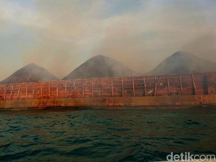Batu bara di kapal CB 121 Banjarmasin terbakar dan mengeluarkan asap tebal. Nelayan di perairan Pulorida, Merak, khawatir pernapasannya terganggu.