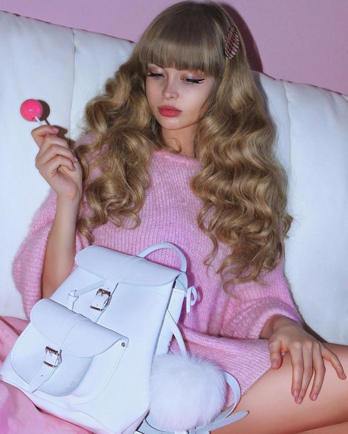 Eksis di Instagram dan jadi foto model terkenal, Angelica sering membagikan aktivitas kesehariannya. Terutama saat sedang makan. Foto: Instagram @russian_barbie