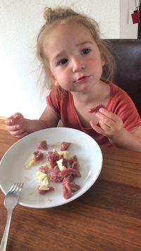Bukan Sayur, Ibu Ini Biarkan Anak 2 Tahunnya Makan Otak Mentah