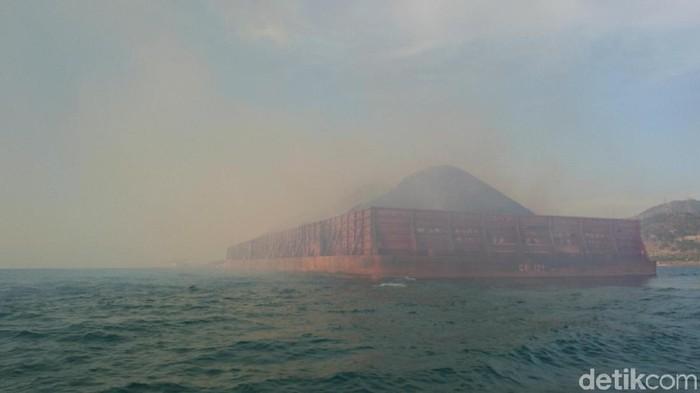 Batu bara muatan kapal terbakar di Merak Foto: M Iqbal-detikcom