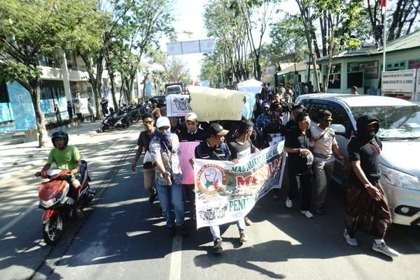 Poin kedua, menuntut presiden Jokowi untuk segera mencabut kembali pernyataan dukungannya terhadap rencana penutupan Pulau Komodo (dok Istimewa)