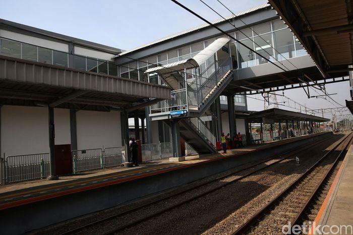 PT Kereta Api Indonesia (Persero) menyediakan fasilitas skybridge di Stasiun Batu Ceper guna memudahkan perpindahan alur penumpang dari kereta rel listrik (KRL) Commuter Line ke kereta bandara, atau sebaliknya.