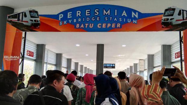 PT KAI Resmikan Skybridge Stasiun Batu Ceper Penghubung KRL-Kereta Bandara