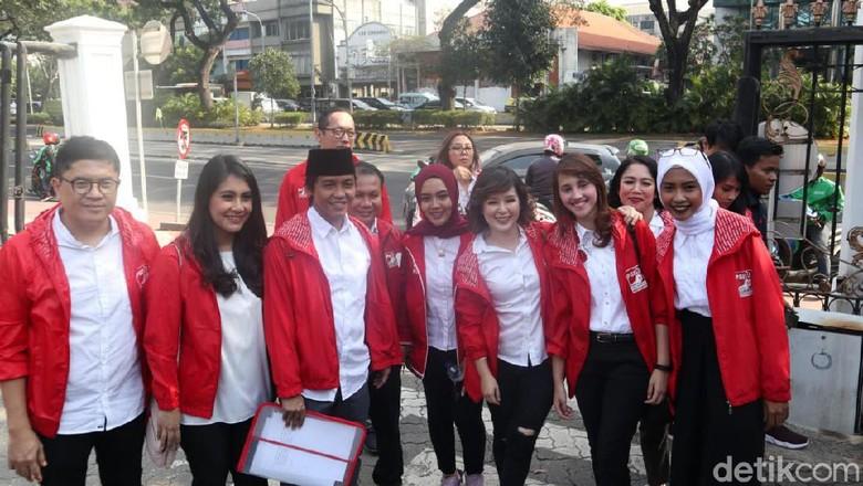 Temui Jokowi di Istana, Grace Natalie dkk Datang Naik Go-Jek