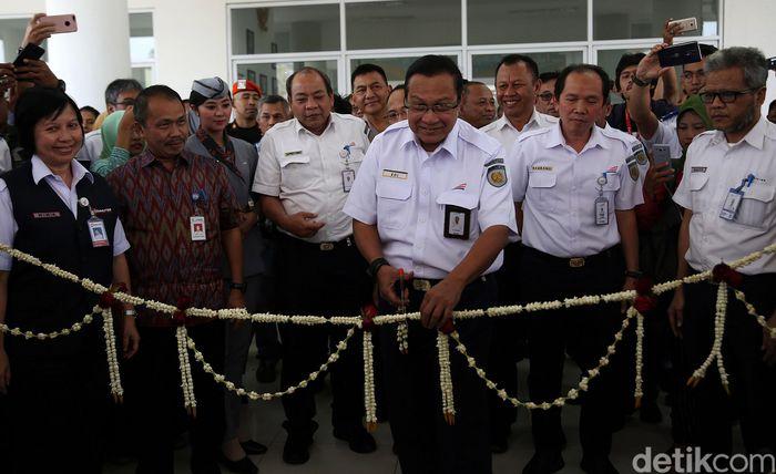 Direktur Utama Kereta Api Indonesia (KAI) Edi Sukmoro meresmikan Skybridge di Stasiun Batu Ceper, Tanggerang, Banten, Kamis (18/7/2019).