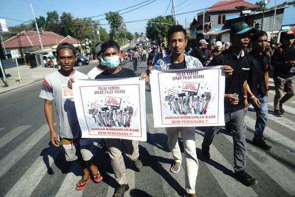 Kamis (17/7) kemarin, warga Desa Komodo melakukan aksi damai di Labuan Bajo. Mereka menyuarakan penolakan penutupan Pulau Komodo di Taman Nasional Komodo (dok Istimewa)