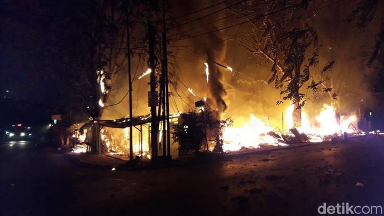 Lapak Warung Makan di Bekasi Terbakar, Jalan Sekitar Ditutup