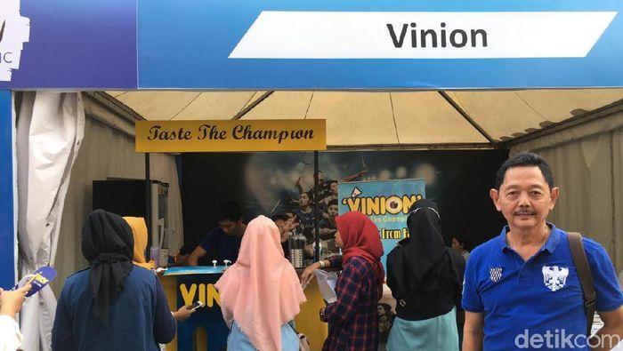 Kevin Sanjaya Sukamuljo buka kedai susu di Istora Open 2019. (Mercy Raya/detikSport)