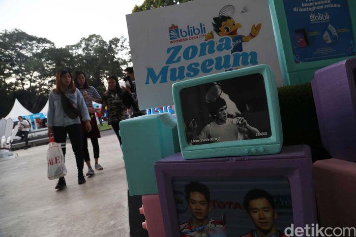 Indonesia Open 2019 menampilkan sesuatu yang berbeda. Bukan hanya hiburan dan olahraga, fan bulutangkis juga diajak kembali ke masa lalu untuk menjumpai bintang-bintang pada zamannya.