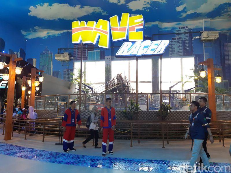 Taman tema rekreasi ini berada di Trans Studio Mall Cibubur. Salah satu yang jadi favorit adalah Wave Racer. (Bonauli/detikcom)