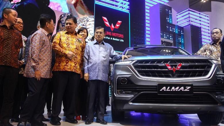 Wapres Jusuf Kalla dan Menperin Airlangga Hartarto di booth Wuling di GIIAS 2019 Foto: Rifkianto Nugroho