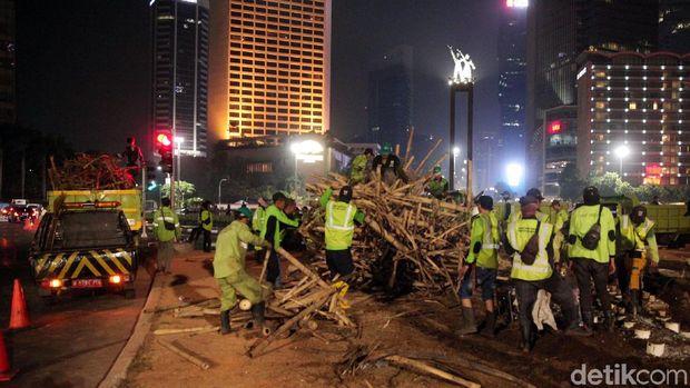 Pembongkaran Bambu Getah Getih di Bundaran HI /