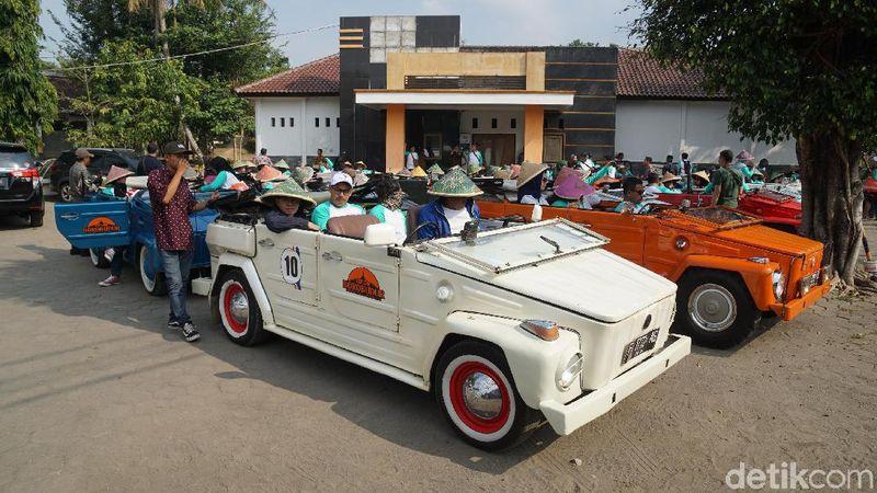 Fenomena VW Camat kini amat digemari oleh wisatawan di Magelang. Apollo Widhiantmoko Banuaji adalah pelopor tur mobil klasik itu (Ahmad Masaul Khoiri/detikcom)