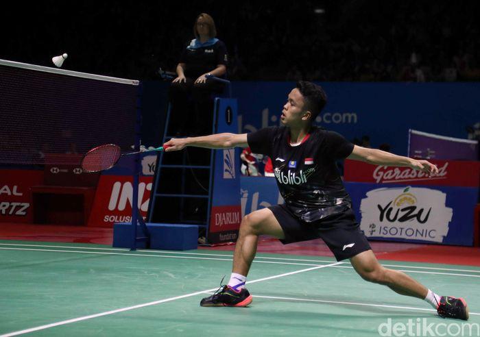 Tunggal putra Indonesia, Anthony Ginting tak mampu membendung perlawanan tunggal putra wakil Thailand Kantaphon Wangcharoen di babak 16 besar turnamen Indonesia Open 2019.