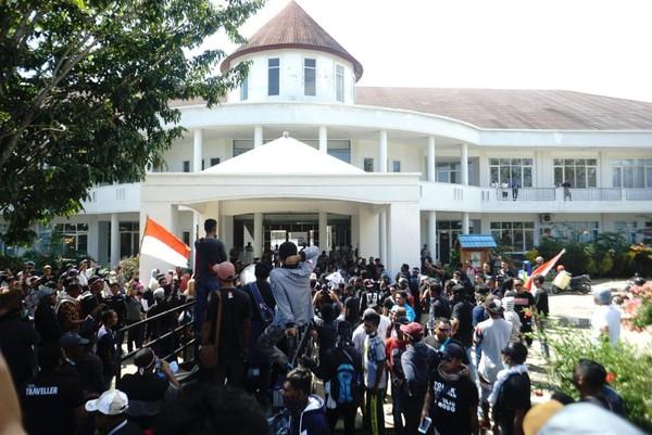 Dalam aksi damai yang berlangsung di Kantor Balai Taman Nasional Komodo, Kantor Kantor Bupati Manggarai Barat dan Kantor DPRD Kab Manggarai Barat, terdapat 4 poin yang disampaikan (dok Istimewa)