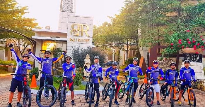 Tim gowes @rawakalong.mtb berangkat ke Cihuni Bike Park tentunya dengan tampil kece soalnya pakai jersey baru dari detikcom. (Foto: Komunitas Gowes @rawakalong.mtb)