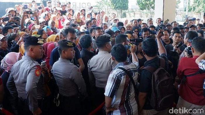 Ratusan korban investasi bodong Alfarizi datangi Polres Klaten, Kamis (18/7/2019). Foto: Bayu Ardi Isnanto