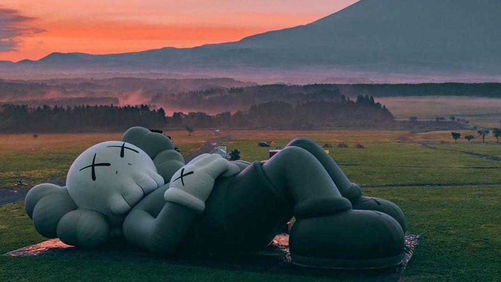 Asoy... Patung Raksasa Kaws Rebahan di Depan Gunung Fuji