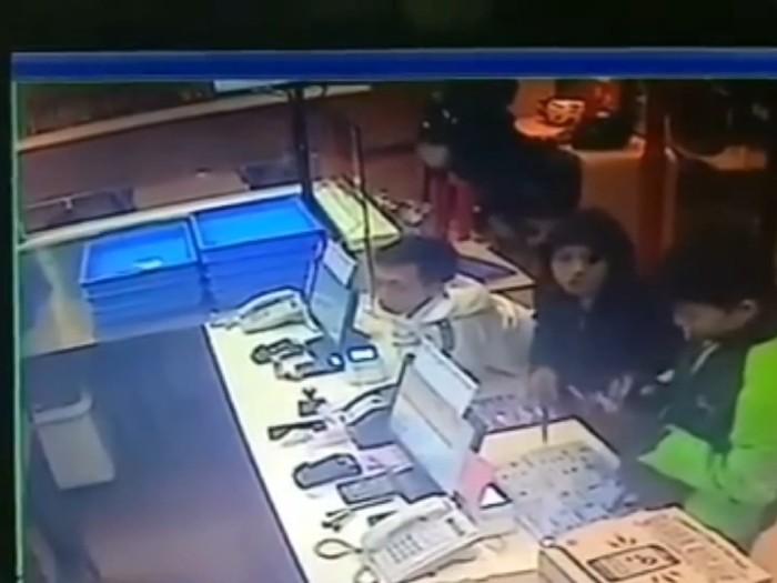 Perampokan dilakukan oleh dua orang bersenjata tajam di gerai piza, Kota Bandung. (Foto: tangkapan layar video viral)
