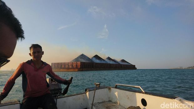 Batu bara muatan kapal terbakar di Merak