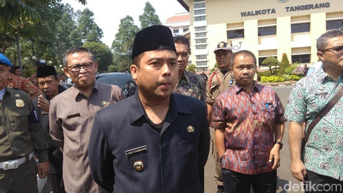 Foto: Massa demo menemui Wali Kota Tangerang Arief Wismansyah (Adhi Indra P/detikcom)