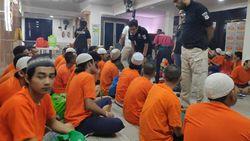 Kompak Pakai Peci, 75 Perusuh 22 Mei di Jakbar Diserahkan ke Jaksa