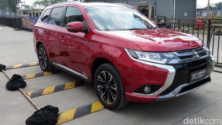 Mitsubishi meluncurkan mobil ramah lingkungan, Mitsubishi Outlander PHEV. Membuktikan kendaraan ramah lingkungan ini, detikcom mendapat menguji langsung.
