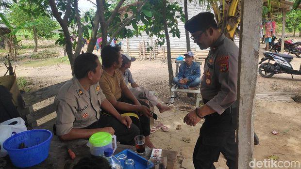 Polisi berkumpul bersama warga Mesuji Register 45