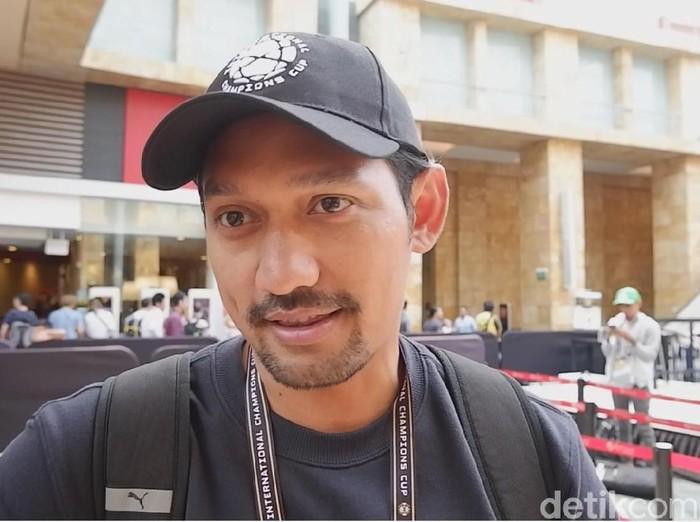 Presenter Ibnu Jamil tak membuang kesempatan untuk mendukung tim idolanya, Manchester United, di Singapura. Ia bicara peluang Setan Merah di musim depan.