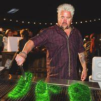 Selebriti Chef Ini Akan Masak 'Iga Bakar Radioaktif' Buat Penyerbu Area 51