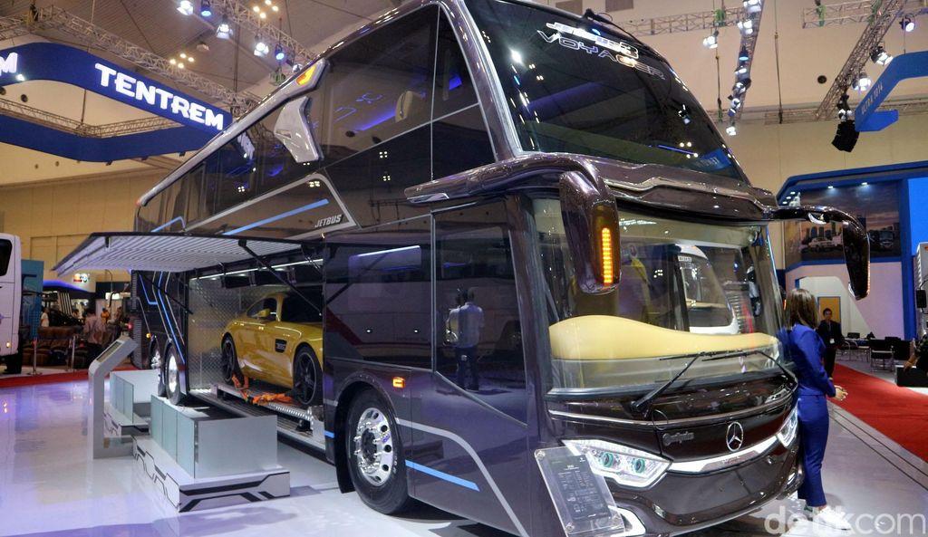 Bus racikan Adiputro yang dipajang di Hall khusus kendaraan komersial di GIIAS 2019 menarik perhatian pengunjung. Pasalnya bus itu dapat menampung mobil sport.