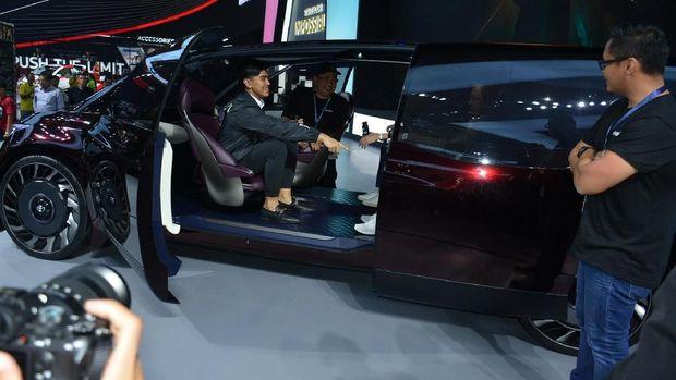 Kaesang duduk di kabin Toyota F-CR