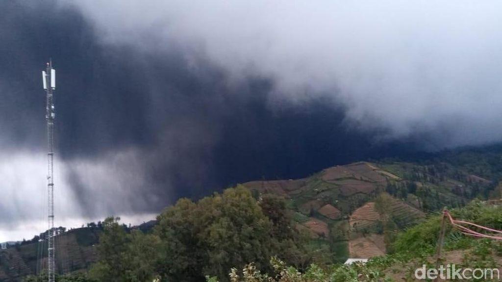 Sehari Setelah Yadnya Kasada, Gunung Bromo Semburkan Abu Vulkanik