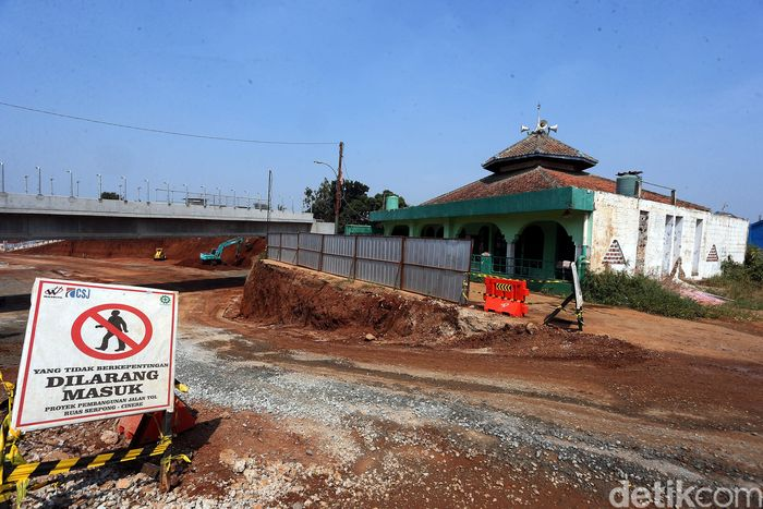 Ini penampakan musala Sabilil Muttaqin yang masih berdiri kokoh di tengah pembangunan proyek Tol Cinere-Serpong.